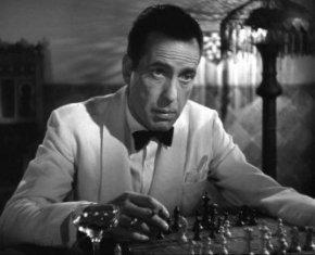 Bogart, Rick en Casablanca, ejerce la que se puede denominar 'variante Casablanca' contra la defensa francesa al inicio del film'