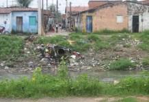 El barrio de Bom Jardim, en Fortaleza, una de las grandes ciudades de la región del Nordeste de Brasil, la más afectada por el virus de zika. La falta de saneamiento, con grandes basurales a orillas de riachuelos y el agua estancada en variados contenedores, incluida la tapa de una botella, ayudan a la propagación del mosquito Aedes aegypti, vector del zika, el dengue y el chicungunya. Crédito: Mario Osava/IPS