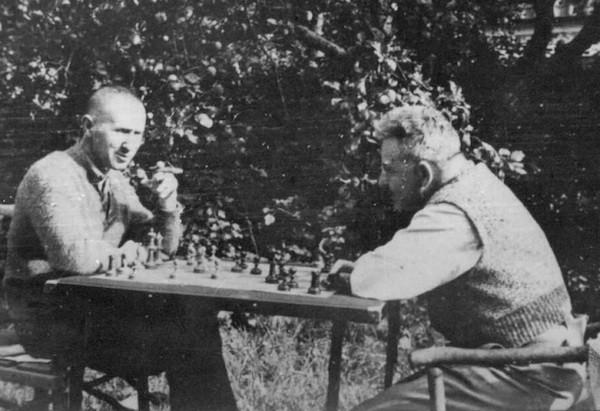 Partida entre Bertolt Brecht –izquierda- y Walter Benjamin en 1934 en Svendborg, Dinamarca.