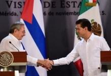 Raúl Castro y Peña Nieto se saludan al inicio de la rueda de prensa en Mérida, México, el 6 de noviembre de 2015. Foto: ANDES/AFP