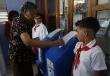 Yunet Rojas, quien se dedica a trabajar en su hogar en el municipio Playa de La Habana, mientras participaba el domingo 11 de marzo en las elecciones parlamentarias cubanas, antesala del recambio presidencial previsto para el 19 de abril. Crédito: Ivet González/IPS