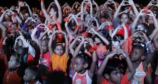 Un grupo de niños protagoniza una actividad contra la violencia de género, organizada por la Red Artística Únete en el barrio de Vedado, en La Habana, dentro de las campañas que se realizan en Cuba contra el maltrato a las mujeres en los espacios privados y públicos. Crédito: Jorge Luis Baños/IPS