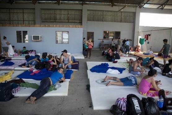Un grupo de cubanos y cubanas espera en un albergue instalado por las autoridades de Costa Rica en la localidad fronteriza de La Cruz, en la noroccidental provincia de Guanacaste, en Costa Rica. Crédito: Comisión Nacional de Prevención de Riesgos y Atención de Emergencias