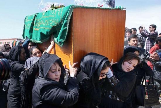 Mujeres afganas trasladan el féretro de Frakhunda en sus funerales
