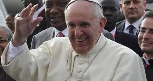 El Papa Francisco acompañado del presidente de Kenia, Uluru Kenyatta. Foto: ANDES/AFP