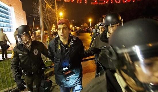 Gerald Trey Yingst detenido en Ferguson. Foto: english.farsnews.com