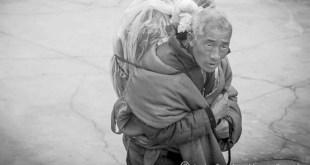 Javier Sánchez-Monge: el anciano, cargando el cuerpo de su nieto dentro de un ataúd.