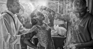 """Javier Sánchez-Monge muestra en esta fotografía una ceremonia para curar la """"posesión"""" que sufre una mujer"""