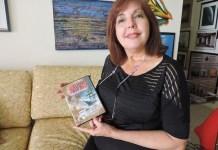 Malena Roncayolo con una carátula de Navios