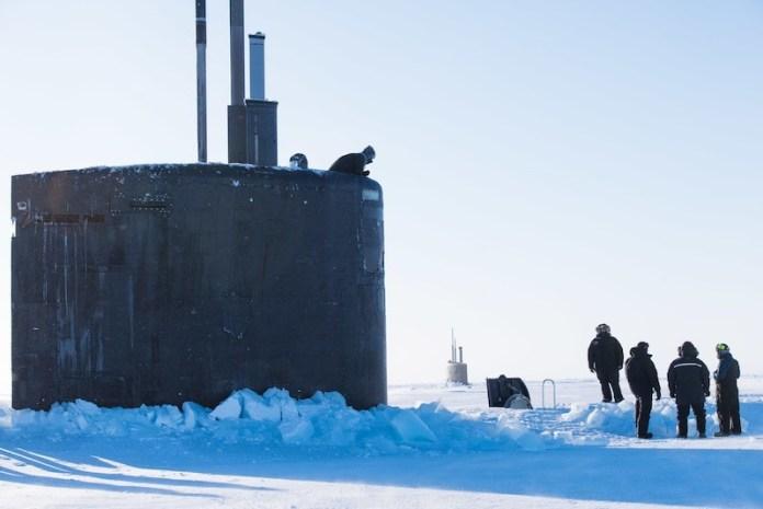 MAR DE BEAUFORT (9 de marzo de 2018) El submarino de ataque rápido USS Hartford (SSN 768) de la clase de Los Angeles sale a la superficie en el Mar de Beaufort durante el Ejercicio de Hielo (ICEX) 2018. I