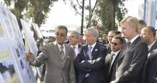 El ministro marroquí, Rachid Belmojtar, con los brazos cruzados, recibe explicaciones sobre un curso en inglés, en un instituto de Tánger, ante la presencia, al lado, del embajador de Reino Unido en Marruecos, Clive Alderton.