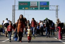 Migrantes caminando cerca de Edirne, Turquía, septiembre de 2015. © AI/Reuters/Osman Orsa
