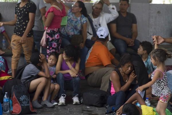 En el parque central de la sureña ciudad mexicana de Tapachula se improvisó un campamento, donde miles de migrantes pararon para descansar y asearse, antes de proseguir hacia la frontera con Estados Unidos, a 2.000 kilómetros. Personas de todas las edades, familias enteras y niños, muchos niños, integran la caravana que inició su desesperada caminata el día 13, en Honduras. Crédito: Javier García/IPS