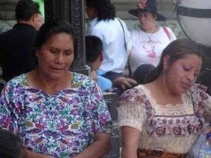 Mujeres en la Plaza Central de Guatemala. Foto archivo de Cerigua