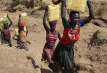 Mujeres buscan agua en Uganda. Oxfam