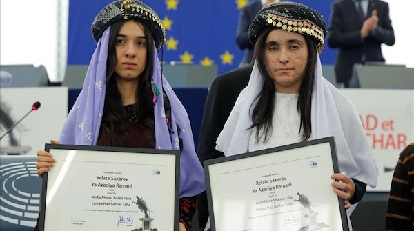 Nadia Murad (izquierda) y Lamiya Aji Bashar reciben el premio Sajarov en 2016.