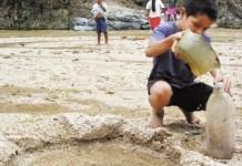 Fundación Masaya: en algunos municipios del país la sequía hace que los niños recojan agua en las pocas fuentes que aún se conservan.