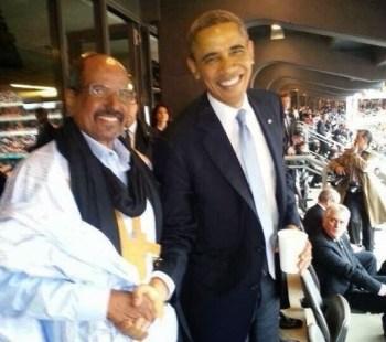 Obama y Abdelaziz se saludan en el funeral de Mandela