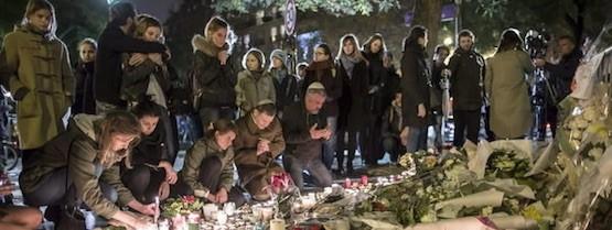 Vecinos de París depositan flores y encienden velas en la Plaza de la República, en homenaje a las víctimas de los atentados yihadistas