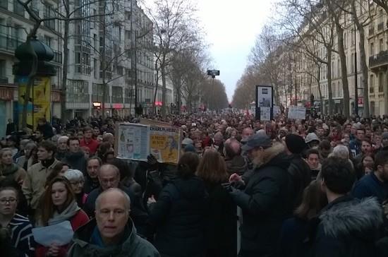 La manifestación de París discurrió por el Bd. Voltaire. Foto enviada por Alex y Julie a Jacobo de Regoyos