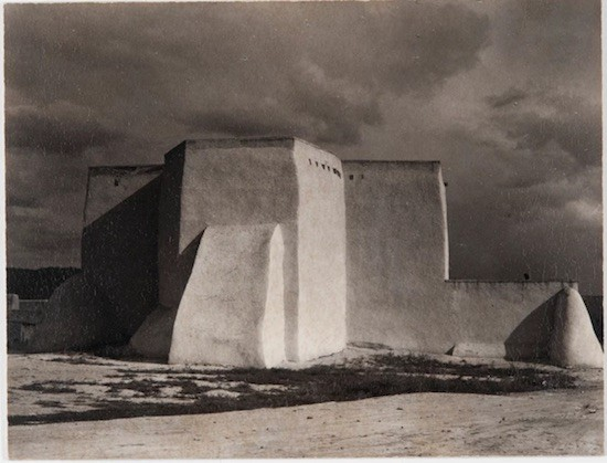 Church, Ranchos de Taos, New Mexico [Iglesia, Ranchos de Taos, Nuevo México], 1930 Copia al platino Philadelphia Museum of Art, Filadelfia. The Paul Strand Collection, adquirida con el Fondo Annenberg para Grandes Adquisiciones , 2013-76- 109 © Aperture Foundation Inc.,