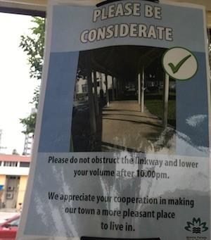 """Cartel de """"sea considerado"""" cuando juegue al ajedrez en zonas públicas"""