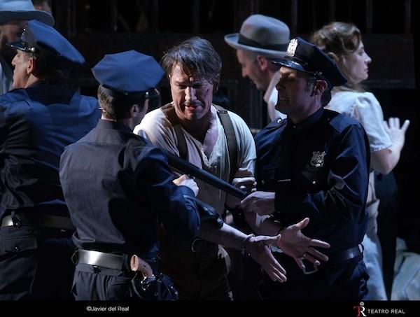 Street Scene: Frank detenido.
