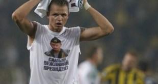 El jugador ruso Tarasov luce el slogan, 'El presidente más educado' en alusión a Putin.