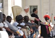 Francisco preside en El Vaticano un acto del jubileo acompañado de personas refugiadas, en junio de 2016