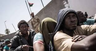 Personas migrantes y refugiadas esperando a ser trasladadas a un centro de detención en Libia / © TAHA JAWASHI