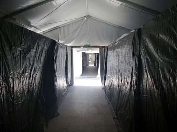 """Alojamiento en el centro de procesamiento de refugiados. Una investigación llevada a cabo por los miembros del Senado de Australia dijo que las condiciones de vida en el centro son """"inaceptablemente bajo"""", incluyendo la falta de acceso a agua y saneamiento - y el suministro de alimentos con moho o podridos."""