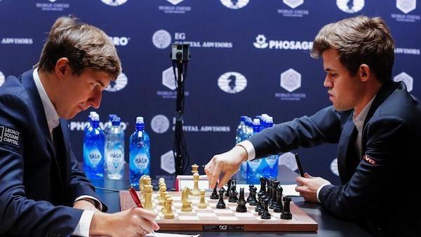 Magnus Carlsen jugando ante Sergei Karjakin en el último campeonato del mundo.