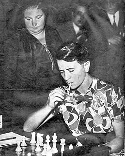 La campeona femenina Vera Menchik juega mientras la observa Sonja Graf.