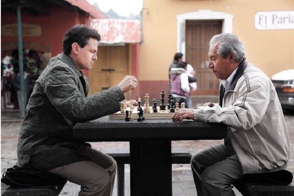 Peña Nieto juega al ajedrez en Real del Monte.