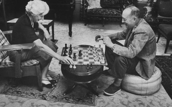 El escritor Vladimir Nabokov juega una partida con su esposa