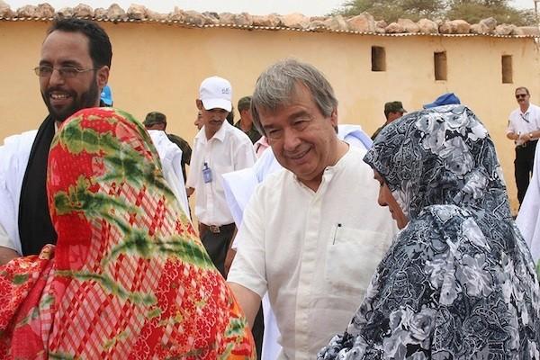 El secretario general de Naciones Unidas, António Guterres, con refugiados saharauis en Tinduf