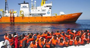 El Aquarius protege a los integrantes de una barcaza de refugiados en el Mediterráneo