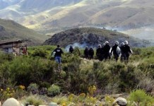 Policías argentinos ante una cabaña mapuche