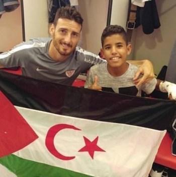Aritz Aduriz con un niño y bandera saharaui.