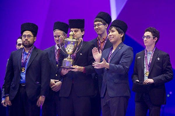 Equipo ganador de la Olimpiada: Nakamura, el capitán Donaldson, Sankland, Robson, So y Caruana, este último el único que no luce el papag, sombrero tradicional de Azerbaiyán.