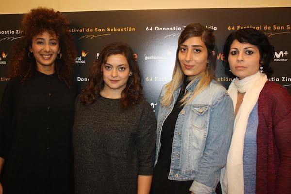 Las tres actrices con la directora de Bar Bahar, Maysaloun Hamoud –primera por la derecha, con bufanda- en el festival de San Sebastián.