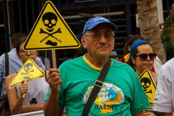 César Augusto Jaco, de una red ambientalista comunitaria, en una de las manifestaciones de apoyo a la aprobación de la ley que prohíbe la minería metálica en El Salvador, al 29 de marzo, ante la Asamblea Legislativa. La medida, la primera de su tipo en el mundo responde a una larga lucha de los ambientalistas y comunidades cercanas a yacimientos. Crédito: Edgardo Ayala/IPS