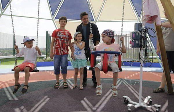 """Alejandro Sanz en el espacio """"juegaterapia"""" del área materno-Infantil del Hospital 12 de octubre, de Madrid."""