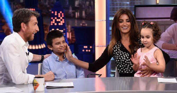 Pablo Motos y Penélope Cruz con Alba y Lucas