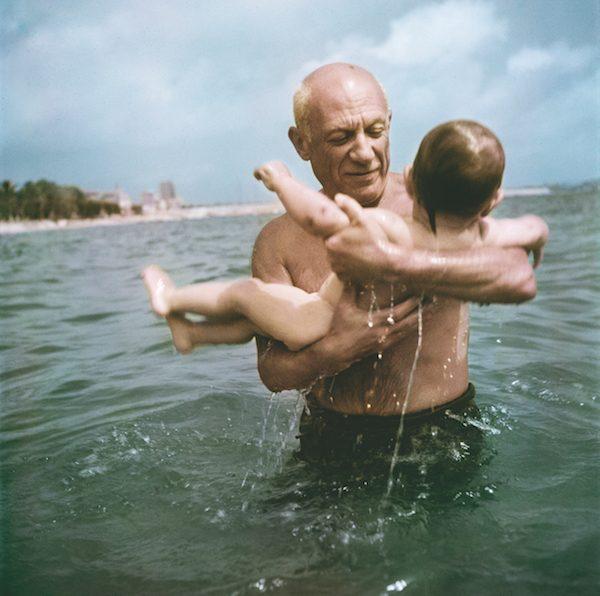 Capa: Picasso con su hijo Claude en la playa. Francia