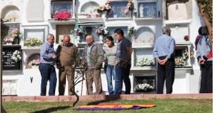 Vecinos de Cárcama rinden homenaje a las víctimas del franquismo enterradas en fosas comunes en el cementerio municipal
