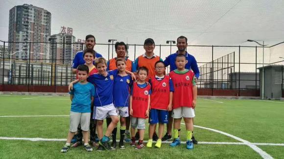 La Academia de Fútbol Sudamericana entrena tanto a niños de la comunidad hispanohablante cono a los chinos en Pekín.