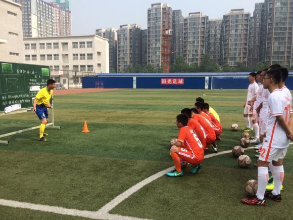Las autoridades han optado por reclutar entrenadores extranjeros para mejorar las condiciones de juego de los estudiantes.