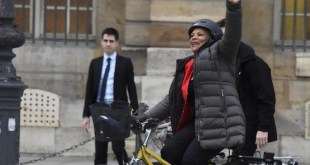 Christiane Taubira abandona el Ministerio de Justicia en su bicicleta amarilla