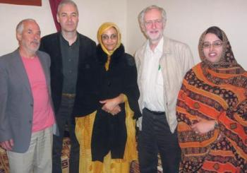 El actual líder laborista, Jeremy Corbyn junto a la activista saharaui Aminatu Haidar y otros parlamentarios.